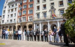 Las autoridades riojanas guardan un minuto de silencio a las puertas de la Delegación de Gobierno, en recuerdo de las víctimas de COVID-19 este miércoles en Logroño. Croma fotógrafos/Raquel Manzanares